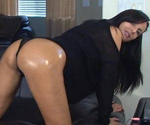 Catalina Cruz oiling up her big booty live