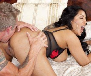 Milf Kiara Mia getting her shaved pussy licked